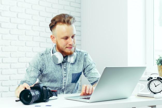 Fotograaf die foto's op zijn computer selecteert