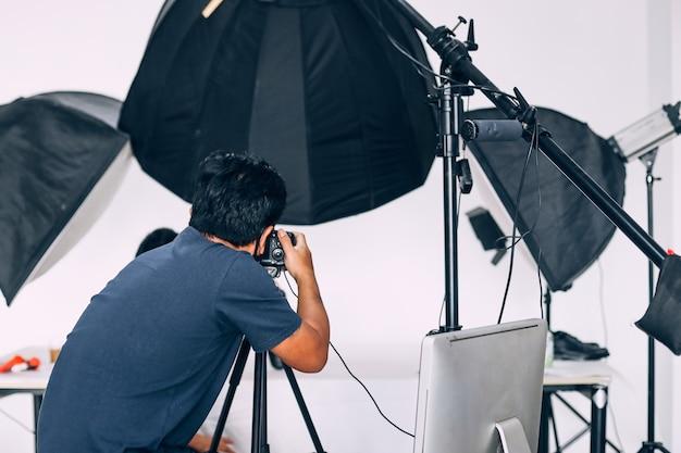 Fotograaf die in moderne verlichtingsstudio werkt
