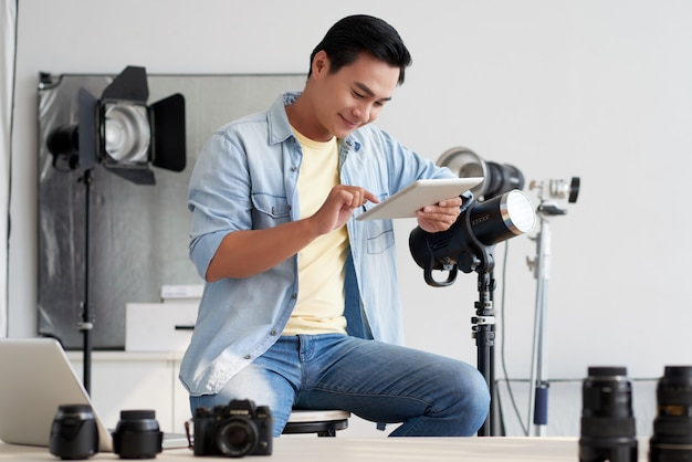 Fotograaf die in studio werkt