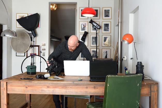 Fotograaf die in zijn fotografiestudio werkt