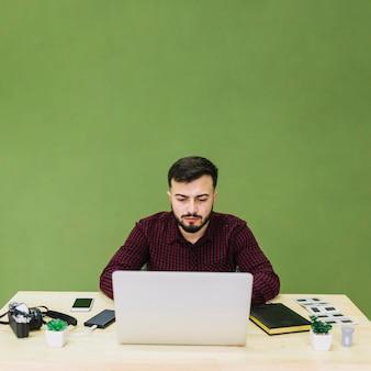 Fotograaf die laptop met behulp van
