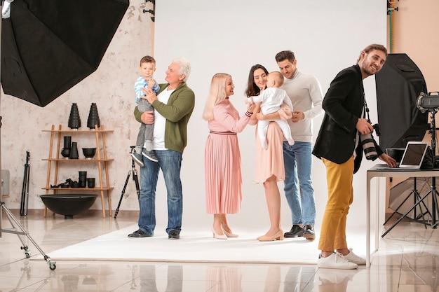 Fotograaf die met familie in studio werkt