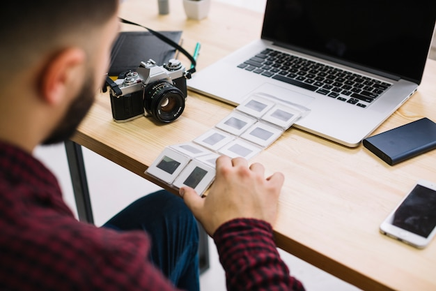 Fotograaf die negatieven bekijkt
