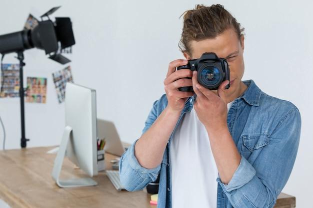 Fotograaf die op een foto klikt met behulp van een digitale camera