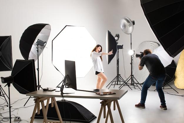 Fotograaf en model die in studio werken.