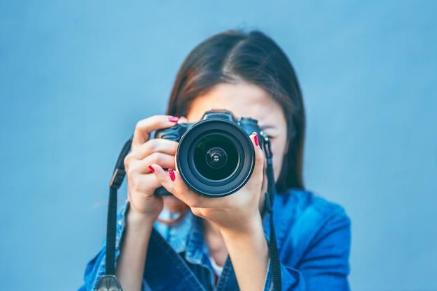 Fotograaf fotograferen met digitale camera. vintage toon.