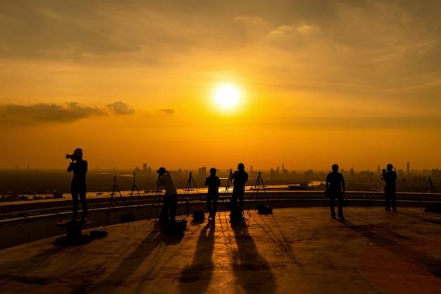 Fotograaf fotograferen op een hoog gebouw