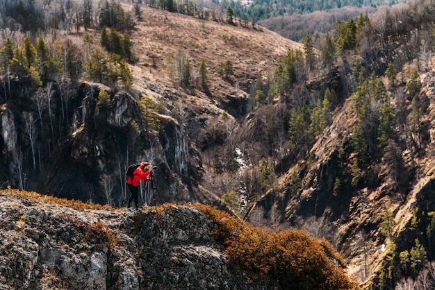 Fotograaf in de bergen. reiziger in de bergen