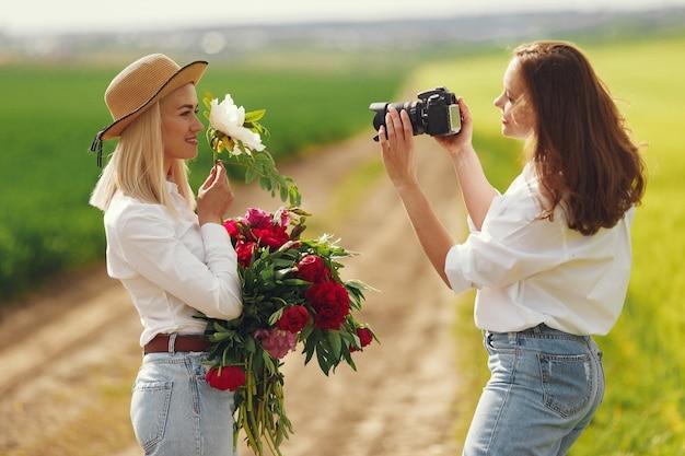 Fotograaf maakt een fotoshoot voor vrouwen