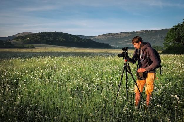 Fotograaf maakt foto's van een veld met kamille