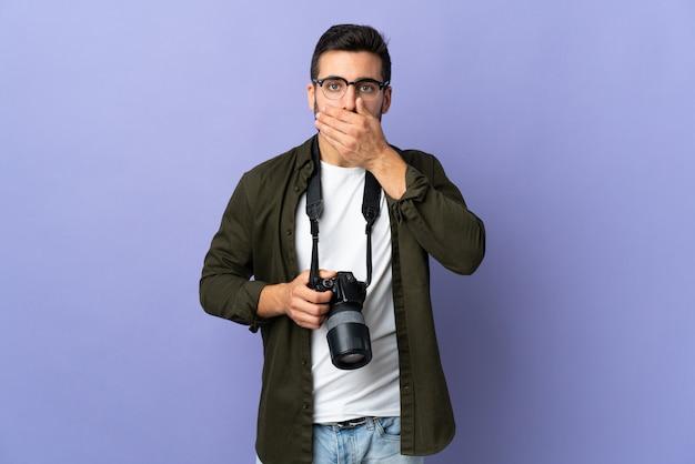 Fotograaf man over geïsoleerde paarse wandbekleding mond met hand