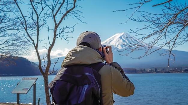 Fotograaf met fuji-bergachtergrond