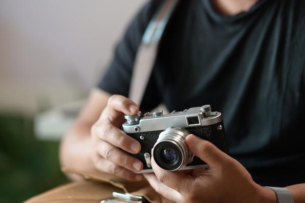 Fotograaf met uitstekende camera in zijn handen