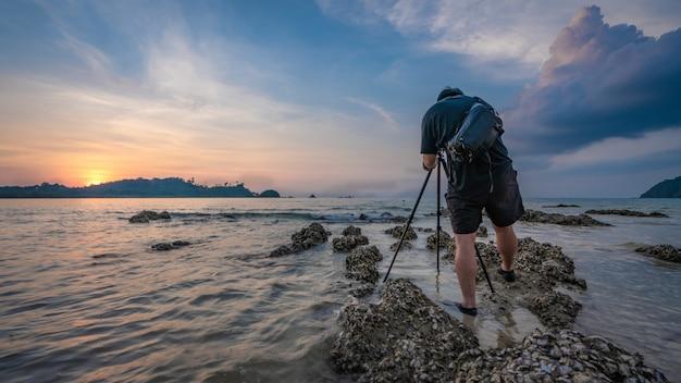 Fotograaf met uitzicht op zee