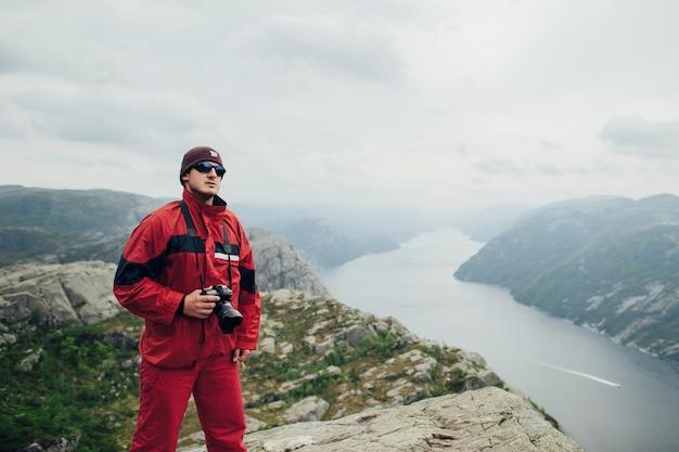 Fotograaf of reiziger met behulp van een professionele dslr-camera in de natuur