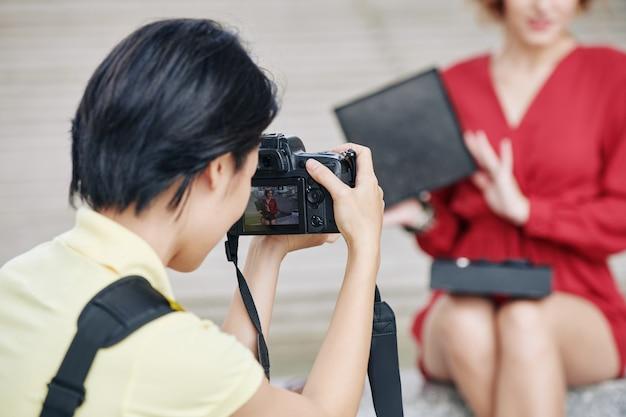 Fotograaf schieten vrouwelijke blogger