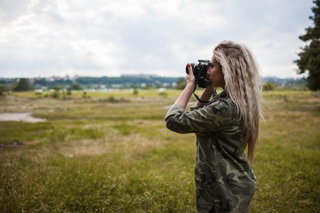 Fotograaf vrouw camera fotoshoot backstage concept. werkproces. eenheid met de natuur.