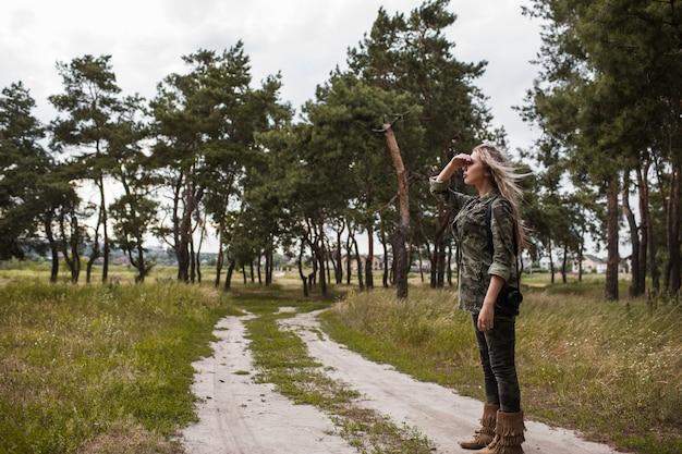 Fotograaf vrouw camera staren veraf concept. werkproces. eenheid met de natuur.