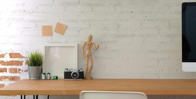 Fotograaf werkplek met mock up frame, camera en kopie ruimte