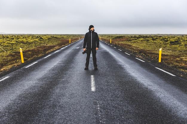 Fotograafportret die zich op de weg in ijsland bevinden