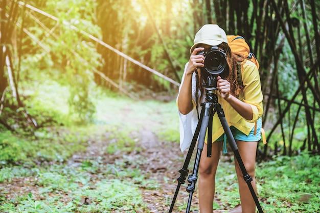Fotograafvrouw in het bamboebos