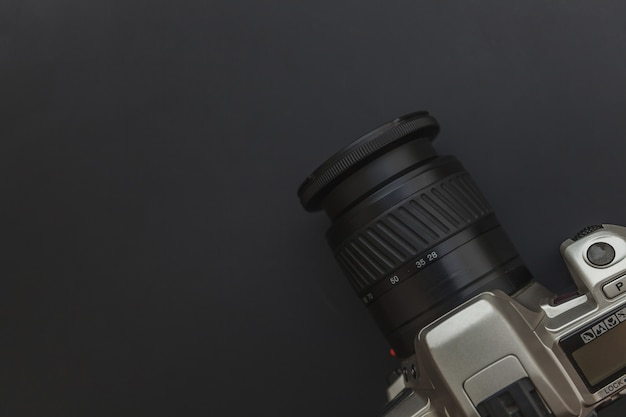 Fotograafwerkplek met dslr-camerasysteem op donkere zwarte tafelachtergrond. hobby reisfotografie concept