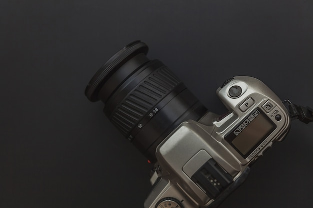 Fotograafwerkplek met dslr-camerasysteem op donkere zwarte tafelachtergrond