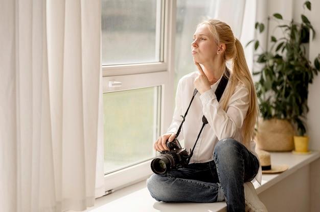 Fotograafzitting op het concept van de de fotokunst van de vensterbank
