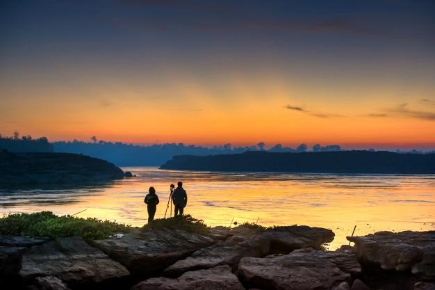 Fotografen en de zonsopgang aan de rivier