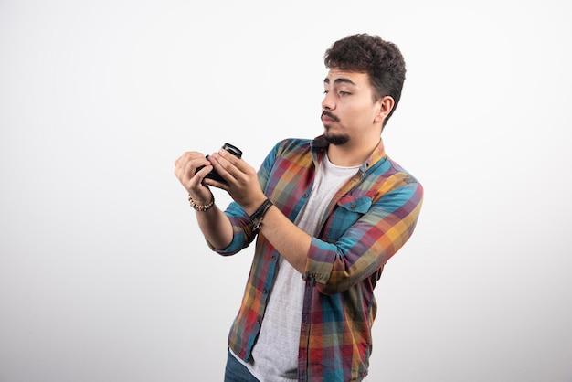 Fotograferen van zijn selfies op een positieve manier met een camera.