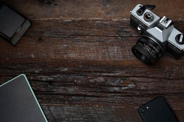 Fotografie-apparatuur op een houten tafel