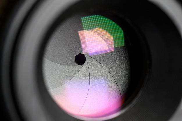 Fotografie concept. close up, diafragma van een cameralens. selectieve aandacht met ondiepe scherptediepte.