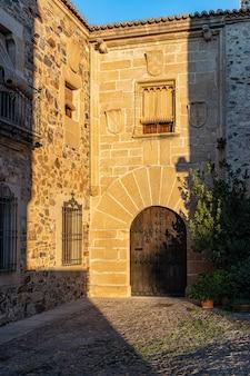 Fotografie in het oude centrum van caceres. extremadura. spanje.