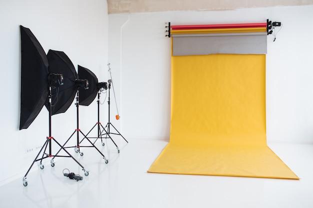 Fotografiestudio met lichtopstelling, moderne bliksemapparatuur voor het maken van foto's van hoge kwaliteit