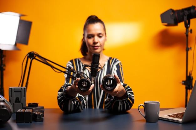 Fotografievlogger die video opneemt terwijl hij een nieuwe lens voor zijn camera test