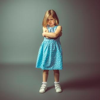 Fotografisch portret van een boos kaukasisch meisje.