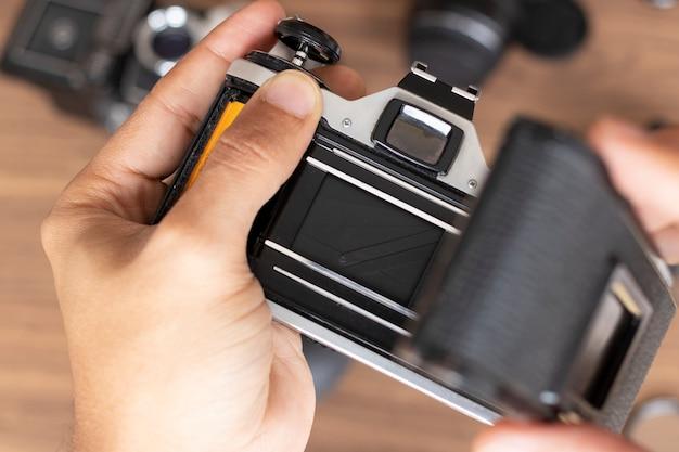 Fotografische rol in een camera plaatsen