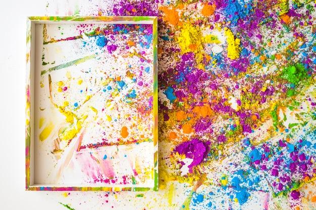 Fotokader dichtbij onduidelijke beelden en stapels van verschillende heldere droge kleuren