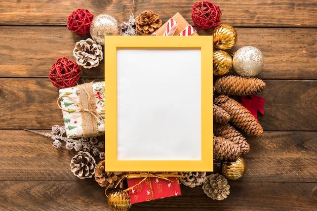 Fotokader tussen kerstmisspeelgoed
