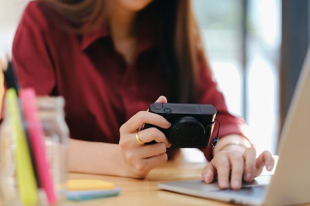 Fotokunstenaar en grafische ontwerper die foto's van de camera selecteert.