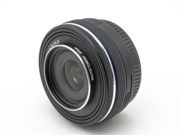 Fotolens voor camera. dichte omhooggaand van de lens digitale camera geïsoleerd op witte achtergrond.