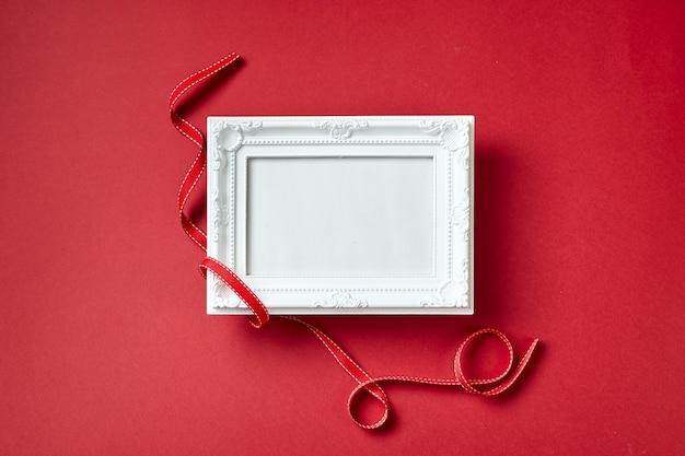 Fotolijst en valentijnsdag harten en decoraties op rode achtergrond. bovenaanzicht met kopie ruimte. valentijnsdag concept.