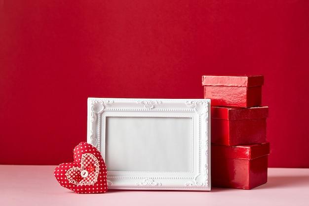 Fotolijst en valentijnsdag harten en rode geschenkdozen. valentijnsdag concept.