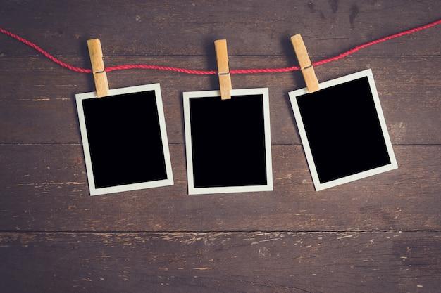 Fotolijst hangend op houten tafel achtergrond