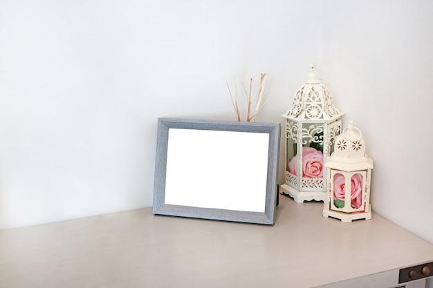 Fotolijst met lege ruimte voor tekst of afbeelding op tafel. woonkamer interieur en home decor concept.
