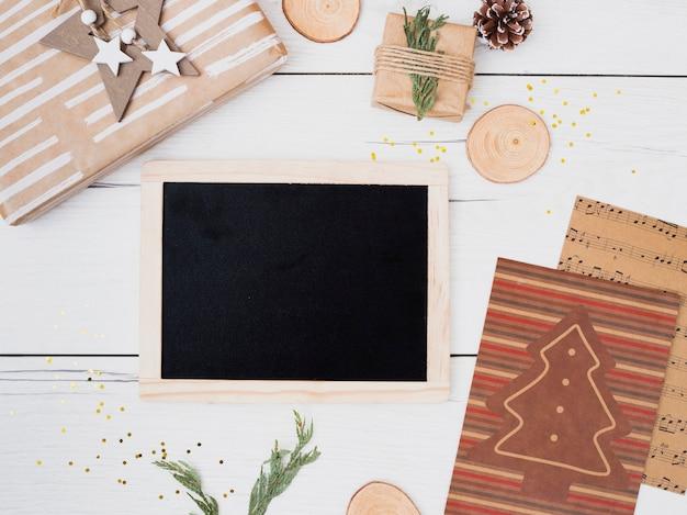 Fotolijst tussen geschenkdozen in wraps en kerstversiering