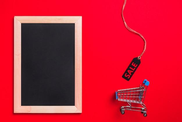 Fotolijst, winkelwagentje en etiket met verkooptitel