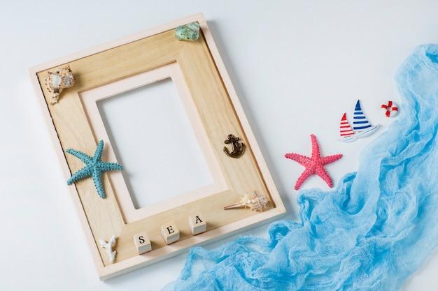 Fotolijst, zeester, schelpen, het woord zee en het schip. over zomervakantie, herinneringen