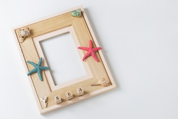 Fotolijst, zeester, zeeschelpen, het woord zee. achtergrond over zomervakantie, herinneringen