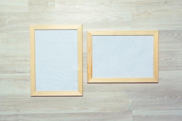 Fotolijsten op de houten muur